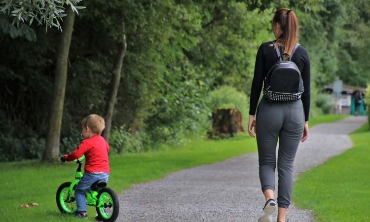Jeździki, pchacze, rowerki biegowe – ich rola w prawidłowym rozwoju dziecka | Blog Esy Floresy